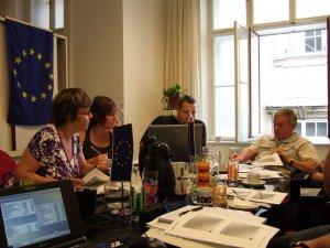 Gabriela Hofner übersetzt die Diskussionen für die tschechischen Partner