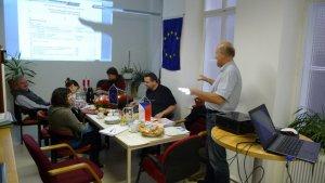 Claus Holler eröffnet die Projektsitzung