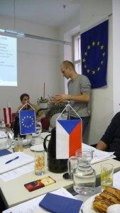 Matej Durco übersetzt die Diskussionen, um Missverständnisse zu vermeiden.