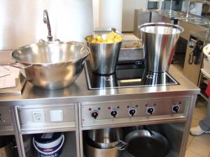 Speisenzubereitung in der Schulküche in Klosterneuburg