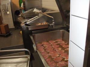 Fleischzubereitung in der Küche der Ersten Bank