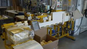 Diese Maschine packt Reis in Papiertüten ab.